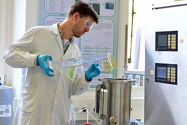 Herr Fries bei Herstellung von Desinfektionsmittel