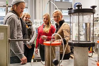 Professorin mit Studierenden im Labor