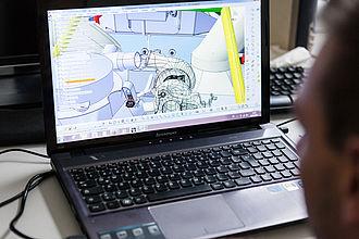 Simulation eines Fahrzeugteils am Laptop
