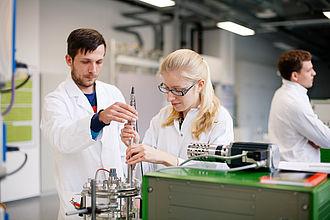 2 Studierende bei Laborversuchen