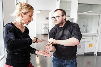 Professorin erklärt einem Studenten die Beschaffenheit eines Werkstoffs