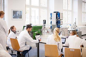 Studierende arbeiten im Labor
