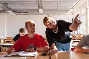 Tutor erklärt einem Studenten eine Aufgabe