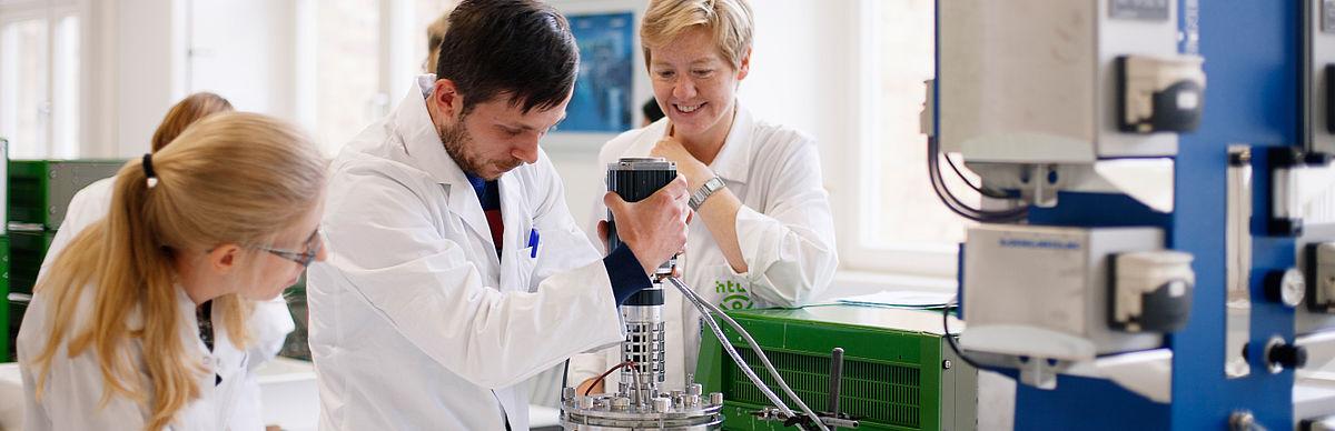 Studierende und Professorin in einem Labor