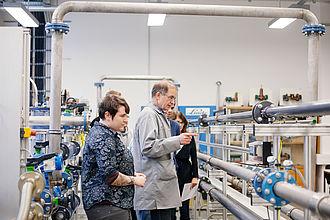 Professor mit Studierenden im Labor
